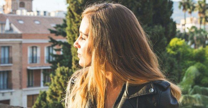 Cómo el exposoma contribuye al envejecimiento y manchas en la piel